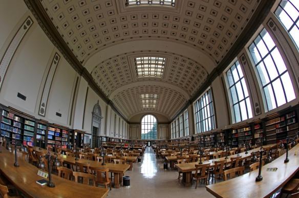 やっと見つけた好きな勉強場所Doe Library.試験前はとてもピリピリしています。